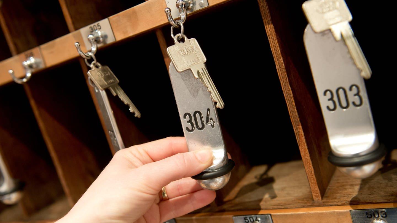 Hand mit Schlüsseln an einer Hotelrezeption (Foto: dpa Bildfunk, Sven Hoppe)