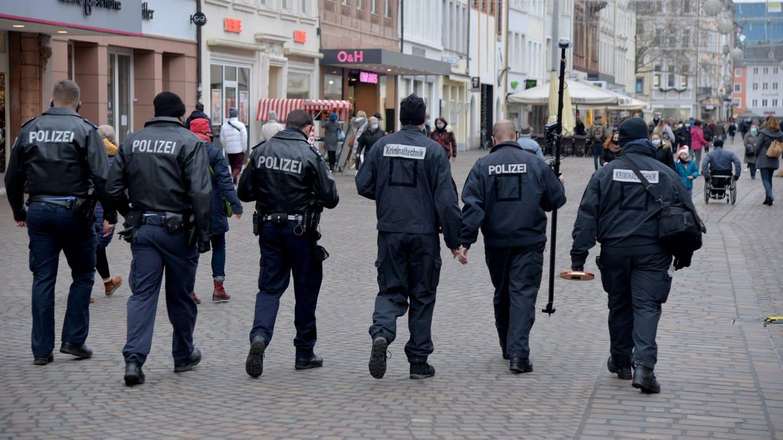 Polizeibeamte in Trier (Foto: picture-alliance / Reportdienste, picture alliance/dpa | Harald Tittel)