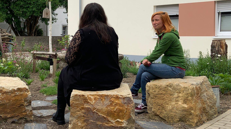 Rita M. lebt im Haus Maria Goretti des Sozialdienstes katholischer Frauen in Trier und wird dort von Yasmin Reschmann betreut. (Foto: SWR, Andrea Meisberger)