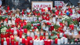 Nach der Amokfahrt in Trier haben Menschen als Zeichen der Trauer hunderte Kerzen vor der Porta Nigra in Trier aufgestellt.  (Foto: dpa Bildfunk, Picture Alliance)