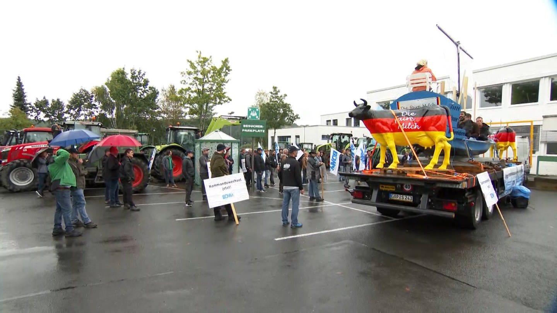 Bauern demonstrieren in Pronsfeld bei der Molkerei Arla für faire Milchpreise