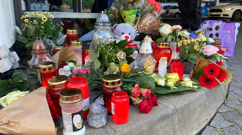 Menschen haben Blumen und Kerzen für erschossenen Tankwart in Idar-Oberstein abgelegt
