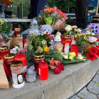 Menschen haben Blumen und Kerzen für erschossenen Tankwart in Idar-Oberstein abgelegt (Foto: SWR)