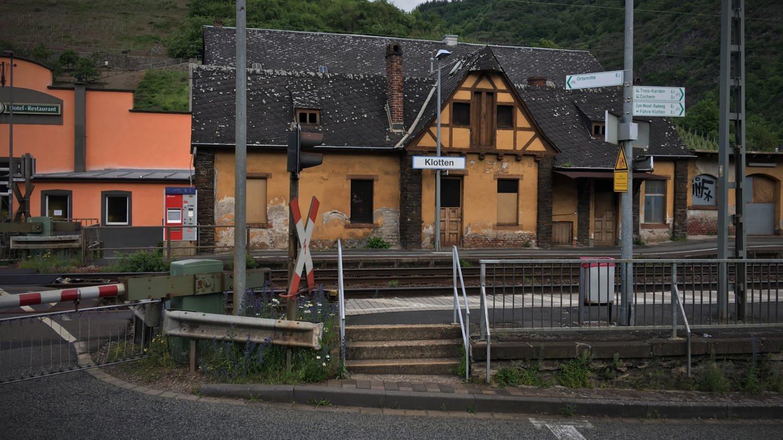 Der Bahnhof Klotten hat keine Toilette. In Bahnhofsnähe sind aber Weingüter oder Restaurants mit Toiletten. (Foto: SWR, Jana Hausmann)