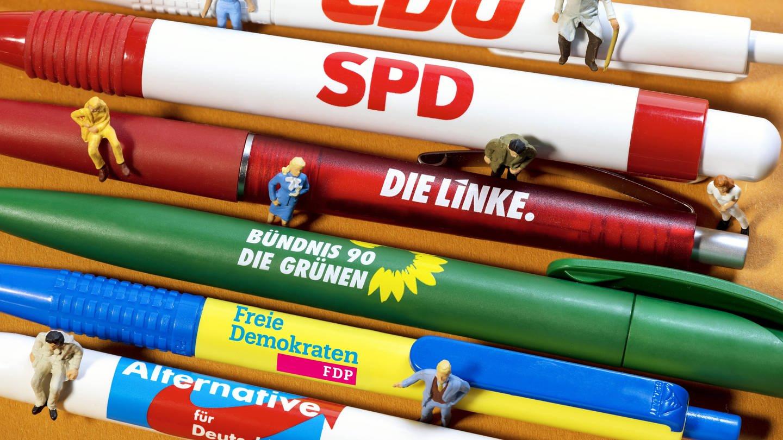 Kugelschreiber der großen Parteien mit Miniaturfiguren. (Foto: Imago, Christian Ohde)