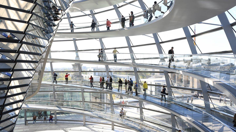 Reichstag von innen mit Menschen