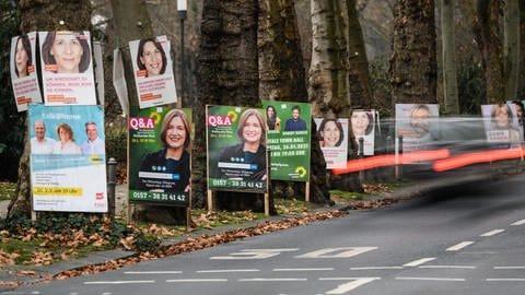 Wahlplakate der Parteien zur Landtagswahl 2021 am 14. März in Rheinland-Pfalz an einer Straße in Mainz (Foto: dpa Bildfunk, picture alliance/dpa | Andreas Arnold)