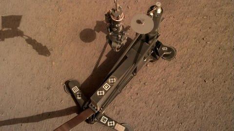 """Der in Deutschland entwickelte """"Maulwurf"""" HP3 hat es bislang nicht geschafft, mit seiner Rammsonde etwas tiefere Schichten der Marsoberfläche zu erkunden. (Foto: Pressestelle, NASA/DLR)"""