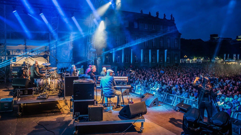 Die Spider Murphy Gang performt auf der Bühne vor dem Neuen Schloss. (Foto: SWR, Jochen Enderlin)