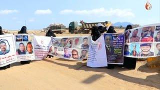 """Jemenitische Mütter des Vereins """"Abductees' Mothers' Association"""" (Mütter der Entführten) demonstrieren auf einer Schnellstraße. (Foto: SWR, AVIV Pictures GmbH/Schwenk Film GmbH)"""