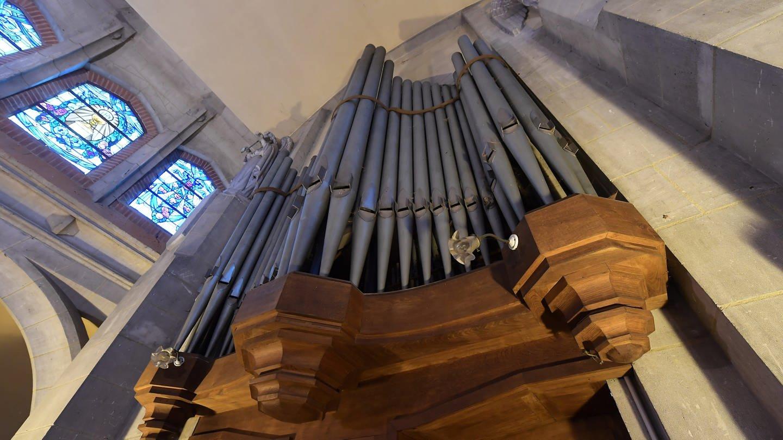 Blick auf die Orgel in der renovierten Kirche von Merris in Frankreich