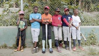 """Der Junge Dokumentarfilm """"Die vier Winde"""" von Regisseurin Anna-Sophia Richard beschäftigt sich mit der Dominikanischen Republik als Migrationsland, während gleichzeitig gut zehn Prozent der Einheimischen ihr Glück im Ausland suchen. Viele Jungs träumen z. B. von einer internationalen Baseballkarriere. (Foto: SWR, gigantenfilm)"""