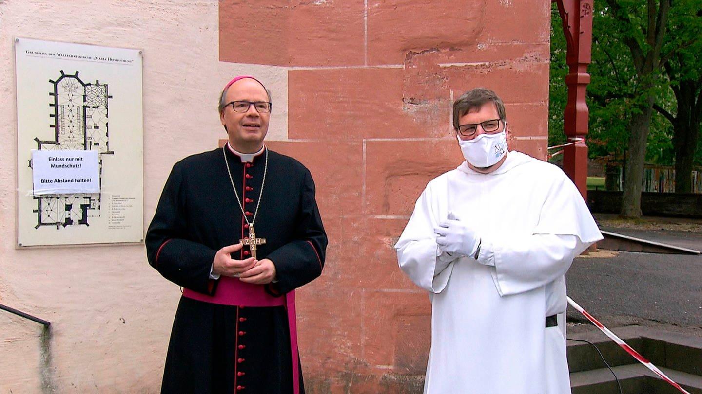 Der Trierer Bischof Stephan Ackermann (li.) und Pater Albert Seul (re.) vor der Wallfahrtskirche in Klausen © SWR (Foto: SWR)