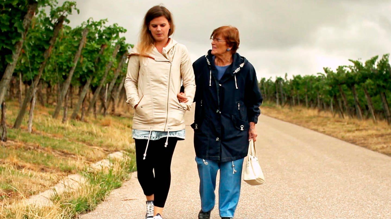 Fanny und Alex beim Spaziergang durch die Fellbacher Weinberge. © SWR/Oma Inge Film/Monika Plura (Foto: SWR, Oma Inge Film/Monika Plura)