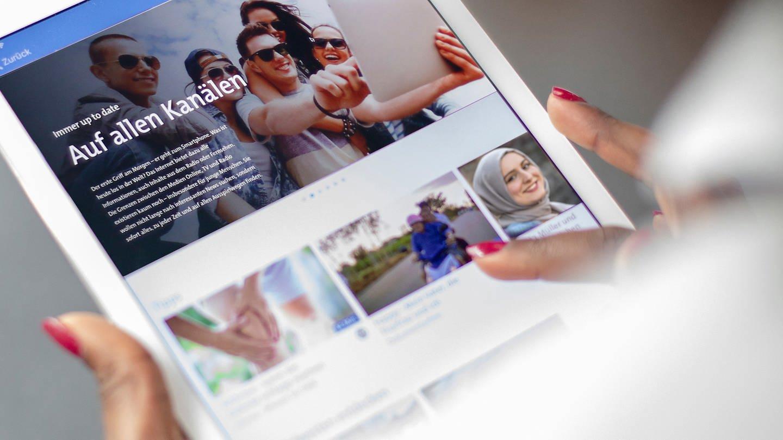 SWR Seite mit dem Bild von Jugendlichen auf einem Tablet (Foto: SWR)