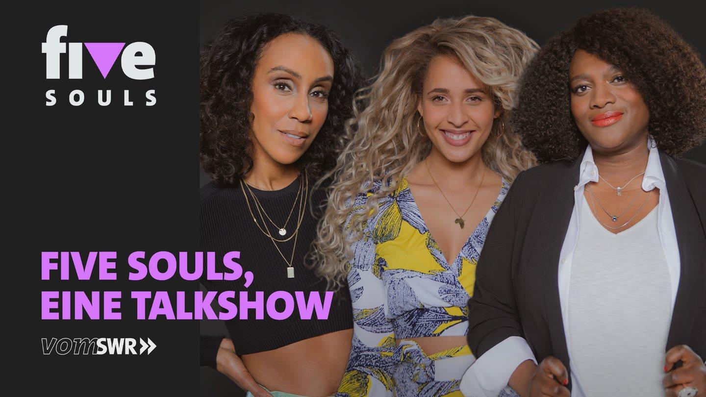 Die Hosts v.li.: Hadnet Tesfai, Tasha Kimberly und Thelma Buabeng auf einem Plakat mit Aufschrift