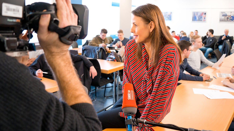 Sabrina Fritz, langjährige Korrespondentin in Washington, zu Besuch in einer Schulkasse in Sindelfingen (vor Corona). © SWR/LMZ Christian Reinold (Foto: SWR, LMZ Christian Reinold)