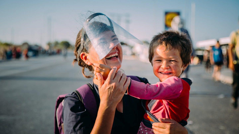 Physiotherapeutin Fabiola Velasquez im Einsatz gegen die Hoffnungslosigkeit und Einsamkeit in den Flüchtlingslagern. (Foto: SWR)