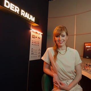 """In ihrem neuen Format """"Der Raum mit Eva Schulz"""" greift die Journalistin, Moderatorin und Podcasterin Eva Schulz drängende gesellschaftspolitische Fragen auf. © SWRSarah Julia Acker (Foto: SWR, Sarah Julia Acker)"""