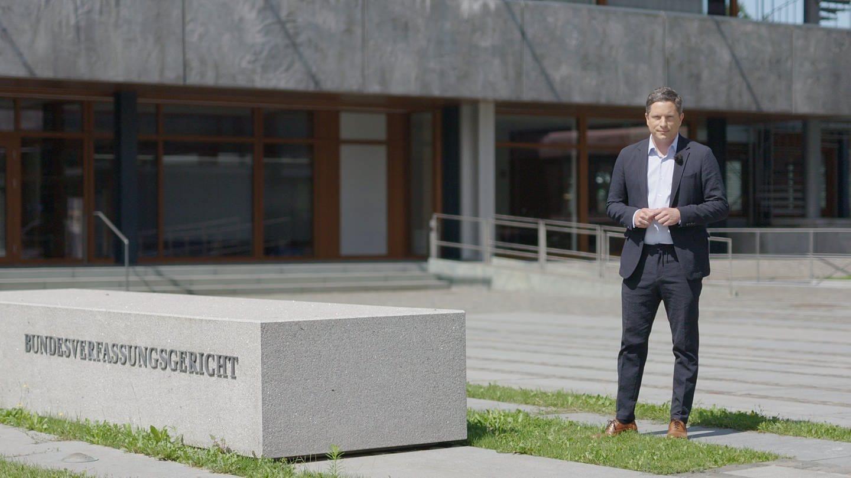 ARD Rechtsexperte Frank Bräutigam vor dem Bundesverfassungsgericht, Karlsruhe