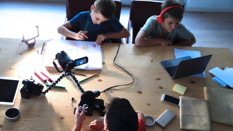 Kinder bei der Arbeit mit Medien