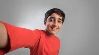 Junge macht ein Selfie (Foto: Imago, imago images / Indiapicture)