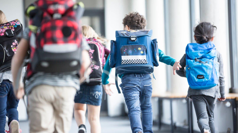 Rennende Schüler von hinten (Foto: Getty)