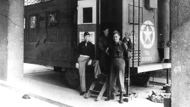 Das fahrbare Studio des Radio Stuttgart im Jahr 1945