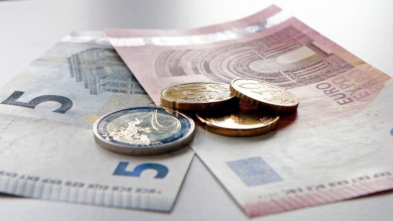 Das Bild zeigt Geld, das auf einem Tisch liegt (Foto: SWR)