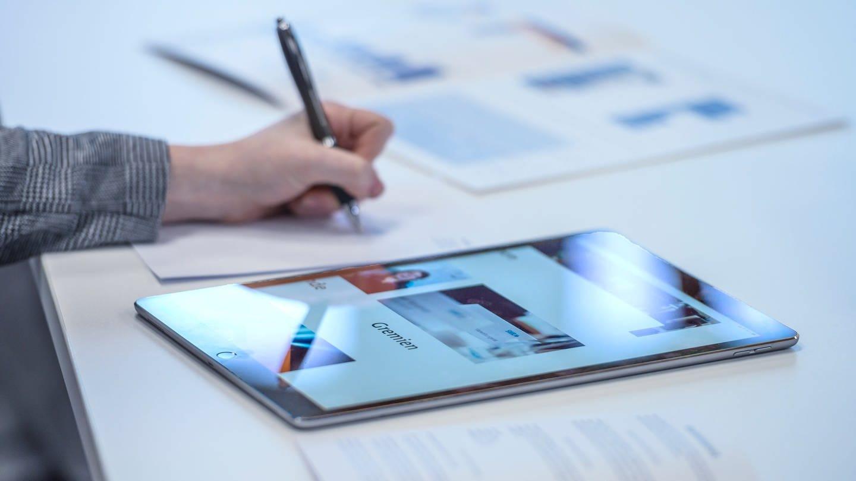 Gremienmitglied schaut auf Tablet