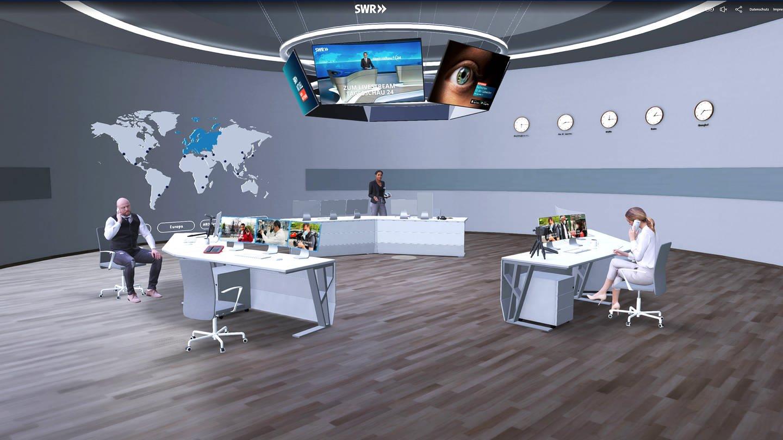 SWR Virtuell: In einem virtueller Newsroom arbeiten eine Frau und zwei Männer an drei Newsstationen, die in einem großen Raum im Kreis angeordnet sind. Mit SWR Virtuell in die Welt des SWR eintauchen, die Grenzen zwischen digitalem und realem Erlebnis verschmelzen.