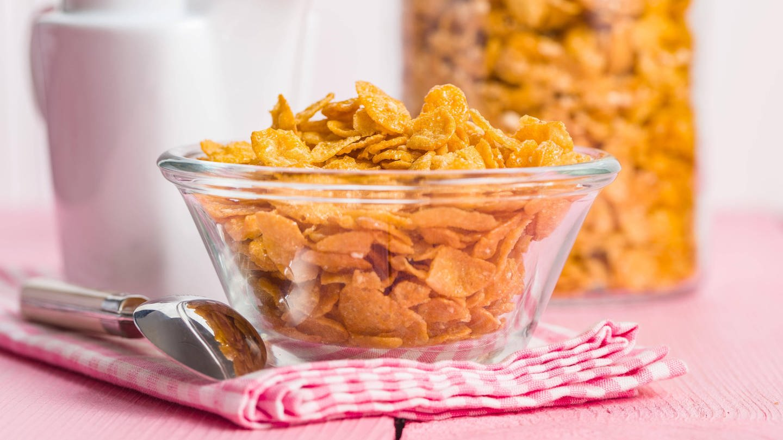 Cornflakes enthalten nichta allzu viele Nährstoffe, aber doch mehr als Pappe (Foto: Imago, imago images / Panthermedia)