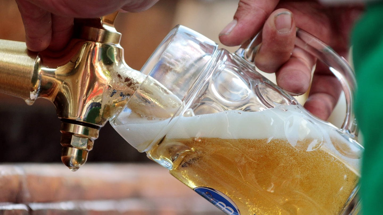 Erfrischend: frisch gezapftes Bier (Foto: Imago, imago/Ralph Peters)