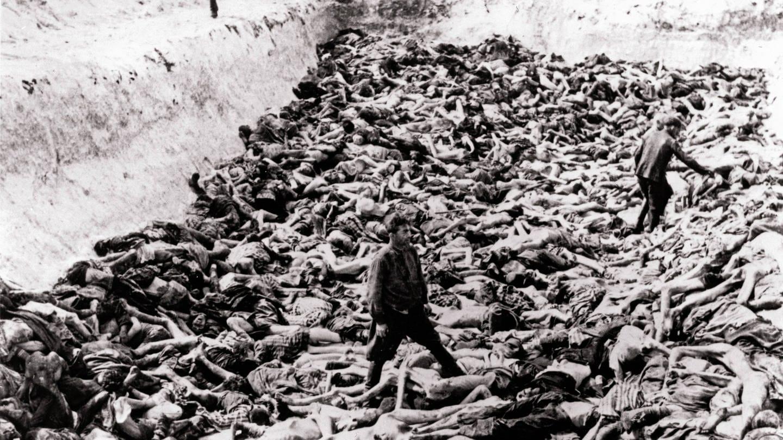 KZ Bergen-Belsen. Ein Massengrab, das nach der Übernahme des Lagers durch britische Truppen gegraben wurde. Im Lager wurden 55.000 Häftlinge, viele mit Typhus und Ruhr, gefunden. Tausende starben nach der Befreiung. Das restliche SS-Personal und die Wachen wurden von bewaffneten alliierten Truppen gezwungen, die Leichen in einer Grube von der Größe eines Tennisplatzes zu begraben (15. April 1945) (Foto: Imago, imago/Reinhard Schultz)