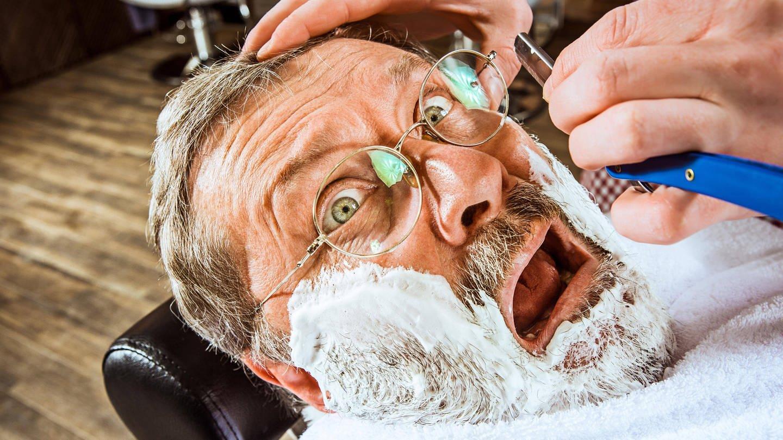 In früheren Zeiten neigten junge Barbiere dazu, alten Kunden Löffel in den Mund zu stecken, wenn deren Wangen schon sehr eingefallen waren. Die Rasur ging dann leichter. Ein unangehemes und übergriffiges Verhalten. (Foto: Imago, imago/Panthermedia)