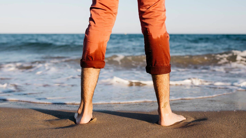 Wenn man barfuß im Sand oder am Strand läuft, sind die Fußmuskeln hoch aktiv (Foto: Imago, imago images/Westend61)