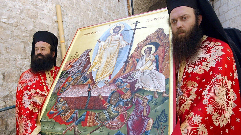 Griechisch-orthodoxe Priester tragen eine Ikone Jesu Christi anlässlich des Ostersonntages in Jerusalem 2004