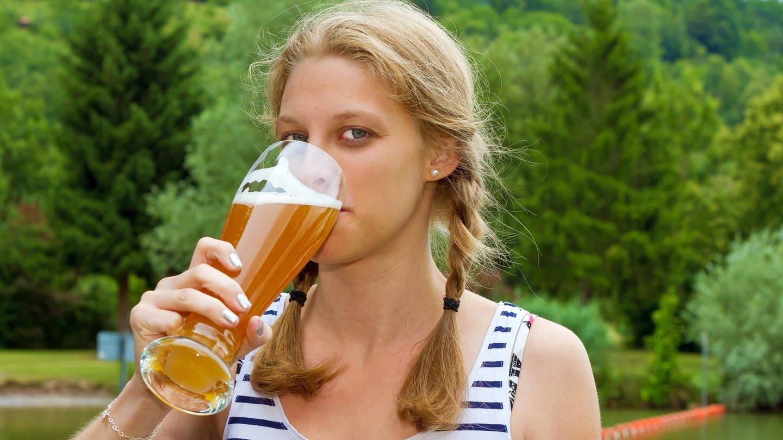 Ein erfrischender Schluck Bier (Foto: Imago, imago images / Panthermedia)