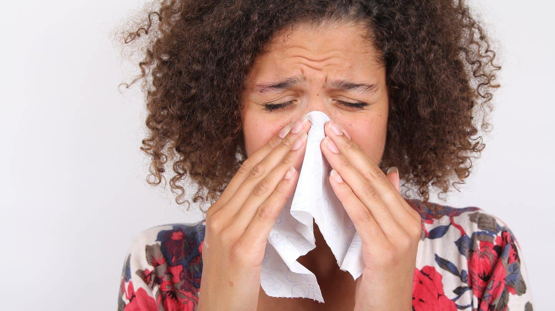 Dass wir beim Niesen die Augen schließen, ist ein Reflex. Wahrscheinlich soll er davor schützen, dass Krankheitserreger in die Augen gelangen. (Foto: Colourbox)