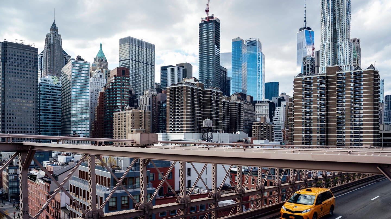 Blick von der Brooklyn Bridge auf die Skyline von New York