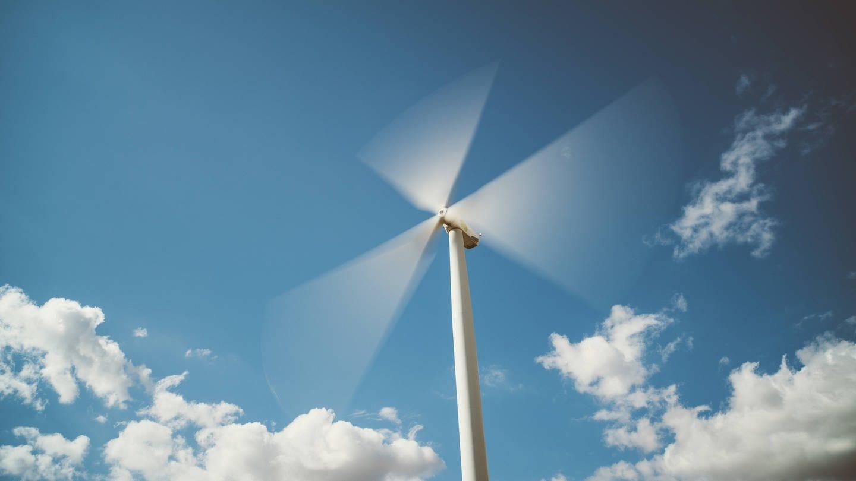 Windräder drehen sich immer im Uhrzeigersinn (Foto: Imago, imago/Westend61)