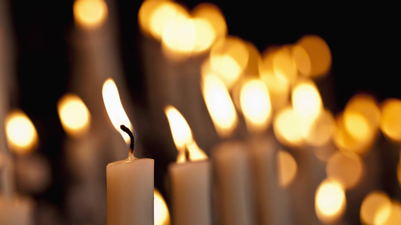 Kerzen flackern, wenn die Wachszufuhr nicht im Gleichgewicht ist (Foto: Imago, imago/Westend61)