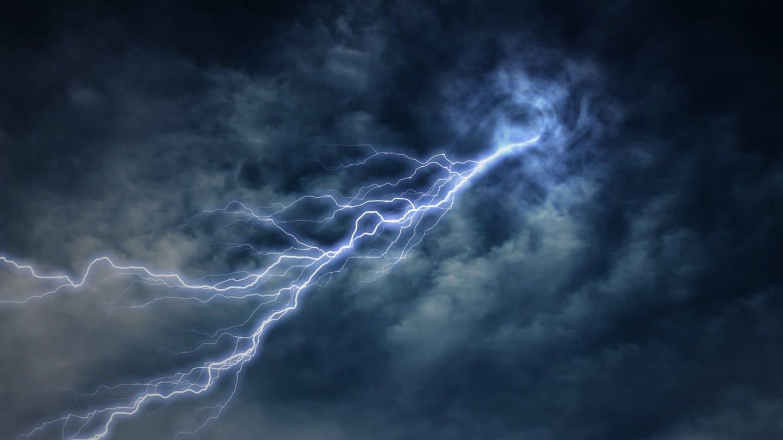 Blitze sind nur scheinbar farbig – je nach Umgebung. Eigentlich sind sie weiß. (Foto: Imago, imago images / agefotostock)