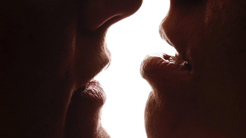 Die Entstehung des Kusses konnte die Wissenschaft noch nicht entschlüsseln (Foto: Imago, imago images / blickwinkel)