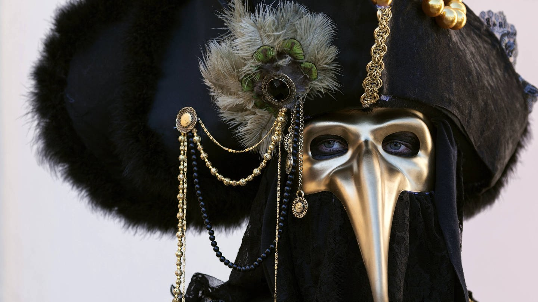 Karneval: Maskenträger mit einer Pest-Maske