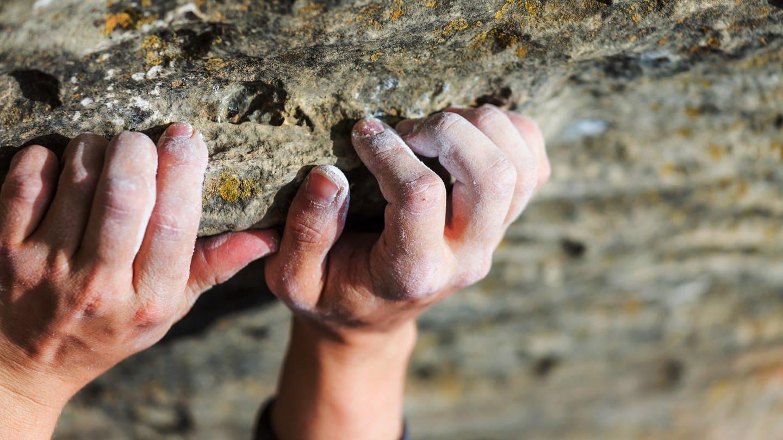 Arthrose bzw. Rhizarthrose kann beim Klettersport sehr hinderlich sein. Pfeffersalbe kann Linderung verschaffen. (Foto: Imago, imago images/ingimage)