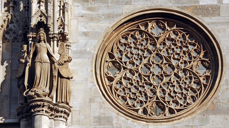 Gotisches Maßwerk und Figuren am Stephansdom in Wien