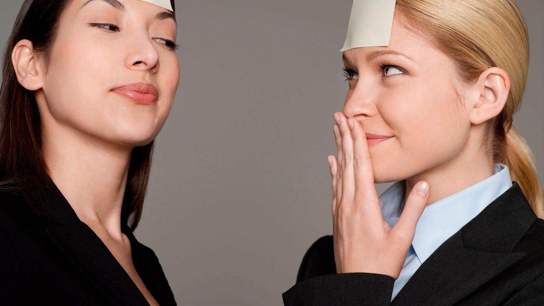 Zwei junge Frauen mit Post-its an der Stirn: Es ist ein ganz normaler Vorgang, dass die Gedächtnisleistung schon nach dem 25. Lebensjahr leicht abnimmt