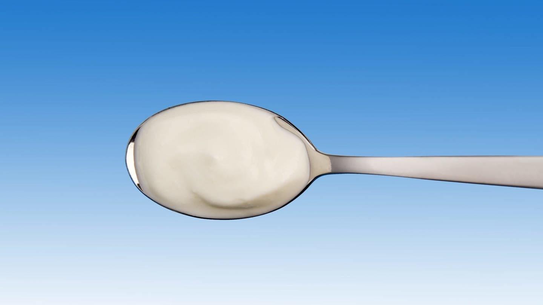Joghurt auf Löffel: Probiotische Lebensmittel können die Therapie von Patienten mit Darmproblemen unterstützen (Foto: picture-alliance / Reportdienste, CHROMORANGE / Barbara Kraske)