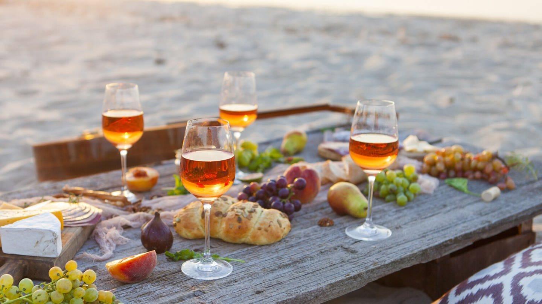 Wein schmeckt im Urlaub in entspannter Atmosphäre oft besser als zu Hause (Foto: Imago, imago images / agefotostock)